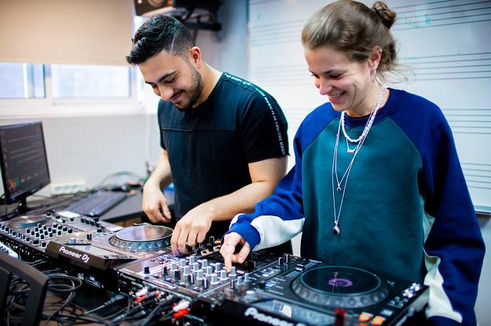 קורס DJ, כמה עולה ללמוד לתקלט? - Muzik