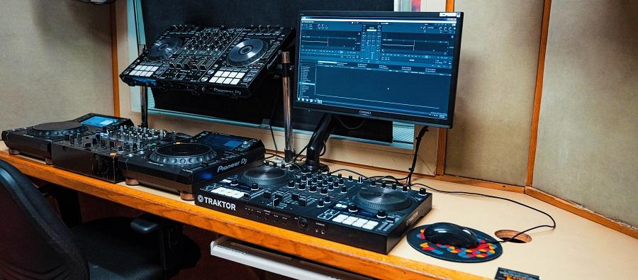 ציוד תקלוט ותפעול טכני של סט - בית ספר למוסיקה מיוזיק